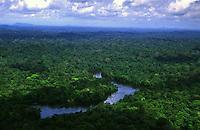 Parque Nacional Montanhas de Tumucumaque - <br /> Amap· - Brasil<br /> municÌpio de Serra do Navio<br /> Parque Nacional de Tumucumaque - <br /> Amapá, Brasil<br /> <br /> <br /> <br /> <br /> O Parque Nacional Montanhas do Tumucumaque (PNMT) foi criado<br /> em terras públicas<br /> pelo<br /> governo federal através do Decreto s/nº de 22 de agosto de 2002. Possui uma área de<br /> 3.846.427<br /> ha (<br /> 3.867.000 ha se gundo o D ecreto de cr iação<br /> )<br /> , um perímetro<br /> de<br /> 1.921<br /> km<br /> e<br /> está localizado na porção Noroeste do E stado do A mapá. Faz fronteira com dois país<br /> es<br /> vizinhos: o Território Ultramarino Francês (<br /> Département d'outre<br /> -<br /> mer<br /> ) Guiana Francesa e a<br /> República do Suriname, ex<br /> -<br /> Guiana Holandesa.<br /> É quase integralmente abrangido pela Faixa<br /> de Fronteira de 150 km, o que torna suas terras objeto de r esponsabilidade também dos<br /> órgãos da D efesa N acional, at ravés do M inistério da D efesa e do C onselho de D efesa<br /> Nacional<br /> <br /> Foto Marcello Lourenço