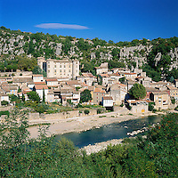 France, Rhône-Alpes, Département Ardèche, Vogué: village at river Ardèche with Château de Vogué, classified one of the the most beautiful villages of France (Plus beaux villages de France) | Frankreich, Rhône-Alpes, Département Ardèche, Vogué: Dorf am Ufer der Ardèche mit dem Château de Vogué, klassifiziert als eines der Plus beaux villages de France (schoensten Doerfer Frankreichs