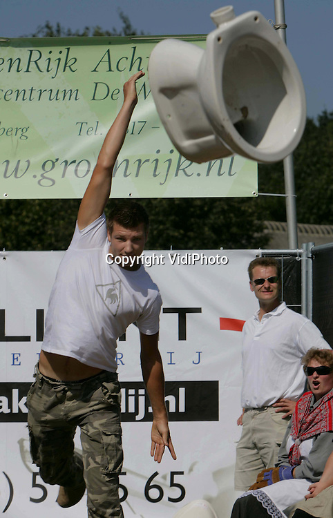 Foto: VidiPhoto..ACHTERBERG - In Achterberg is zaterdag het kampioenschap wc-pot gooien gehouden, in de diverse leeftijdsklassen. Bij de voorbereidingen viel een gewonde, waarbij een van de kandidaten drie vingertopje kwijt raakte. Het Nederlands record van 10.58 werd niet gebroken. Het kampioenschap wc-pot werpen werd in Achterberg gehouden vanwege het 750-jarig bestaan van de gemeente Rhenen.