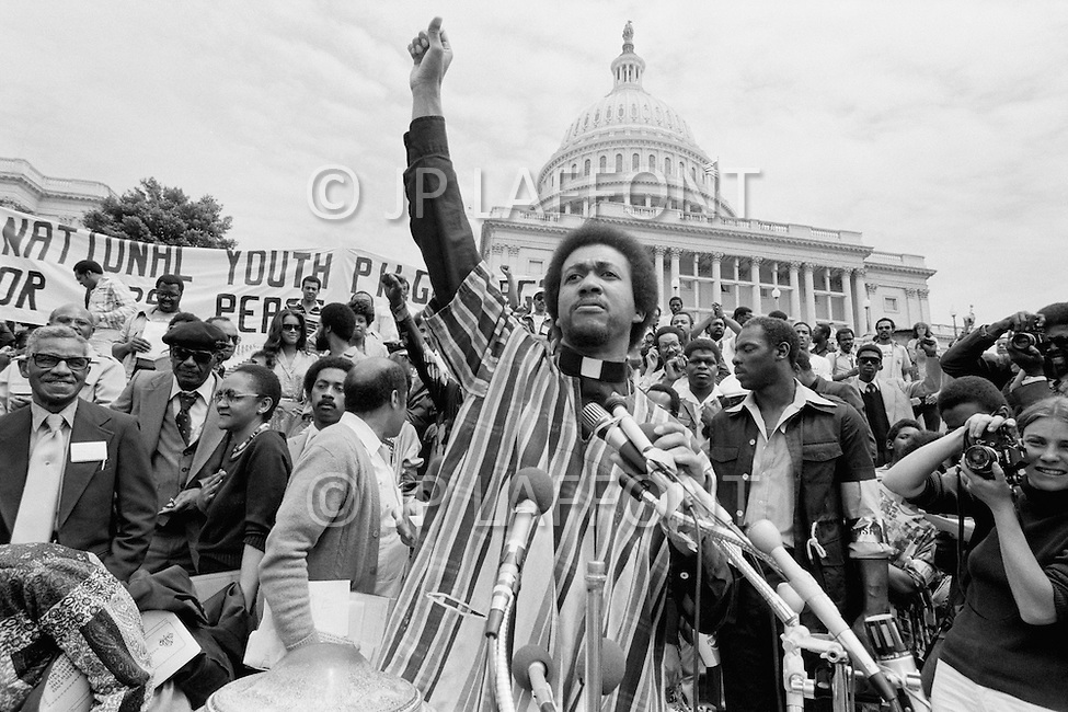 17 Mar 1980, Washington, DC, USA --- Operation PUSH (People United to Serve Humanity) was founded by African-American, Reverend Jesse Jackson, a political activist for civic rights, notably those of the black community. During the operation thousands of protesters demonstrated, in front of the White House, for employment, against the rising cost of living, and the politics of American President Jimmy Carter. --- Image by © JP Laffont