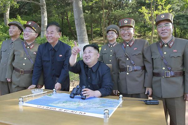 """HHY05 LOCALIZACIÓN DESCONOCIDA (COREA DEL NORTE) 04/07/2017.- Foto de archivo sin fechar, que fue facilitada el 22 de mayo de 2017 por la agencia oficial KCNA, del líder norcoreano Kim Jong-un mientras supervisa el lanzamiento de un misil balístico Pukguksong-2 en una localización desconocida de Corea del Norte. Corea del Norte realizó hoy, 4 de julio de 2017, un nuevo ensayo con misiles balísticos, disparando un proyectil en dirección al Mar de Japón (llamado """"Mar del Este"""" en las dos Coreas), según detalló a Efe un portavoz del Ministerio de Defensa surcoreano. EFE/Kcna FOTO CEDIDA/SÓLO USO EDITORIAL/PROHIBIDA SU VENTA"""
