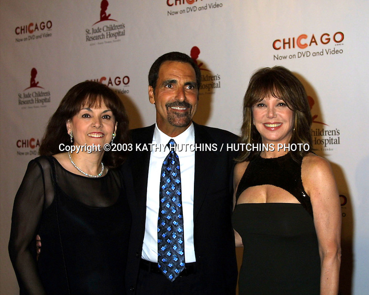 ©2003 KATHY HUTCHINS / HUTCHINS PHOTO.CHICAGO THEMED FASHION SHOW TO .BENEFIT  ST JUDE'S HOSPITAL.BEVERLY HILLS, CA.AUGUST 19, 2003..TERI, TONY, AND MARLO THOMAS