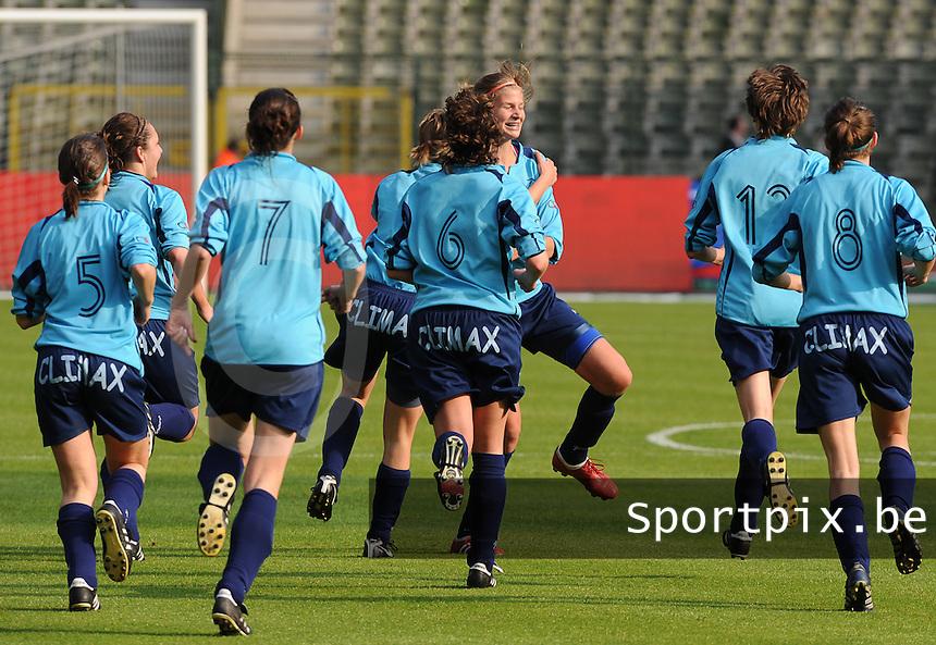 15 Mei 2010 Bekerfinale vrouwen : Sinaai Girls - RSC Anderlecht  : Justine Vanhaevermaet scoort de 1-1 gelijkmaker en viert met de ploegmaats.foto DAVID CATRY / Vrouwenteam.be