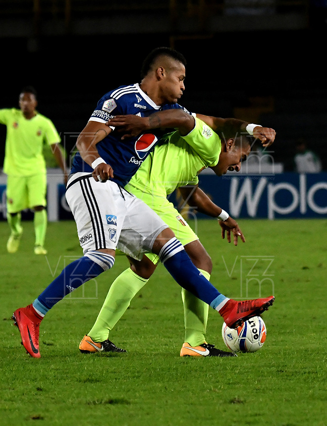 BOGOTÁ - COLOMBIA, 02–05-2018: Ayron Del Valle (Izq.) jugador de Millonarios disputa el balón con Neyder Moreno (Der.) jugador de Envigado F. C., durante partido aplazado de la fecha 16 entre Millonarios y Envigado F. C., por la Liga Aguila I 2018, jugado en el estadio Nemesio Camacho El Campin de la ciudad de Bogotá. / Ayron Del Valle (L) player of Millonarios vies for the ball with Neyder Moreno (R) player of Envigado F. C., during a posponed match of the 16th date between Millonarios and Envigado F. C., for the Liga Aguila I 2018 played at the Nemesio Camacho El Campin Stadium in Bogota city, Photo: VizzorImage / Luis Ramírez / Staff.