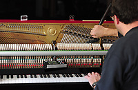 Ein Klavierstimmer bei der Arbeit. Mit Stimmgerät, Stimmhammer und Stimmkeilen wird durch drehen der Wirbel Saite für Saite des Musikinstruments auf den richtigen Klang gebracht.<br /> Foto: Norman Rembarz<br /> <br /> aif...action-in-focus