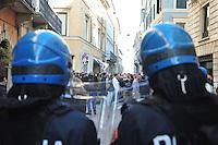 CORTEO DI FORZA NUOVA CONTRO I MIGRANTI NELLA FOTO POLIZIOTTI SCHIERATI DAVANTI AL CORTEO CRONACA BRESCIA 28/03/2015 FOTO MATTEO BIATTA