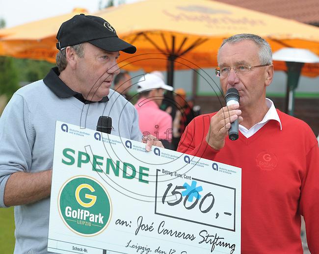 EAGLES GOLF CHARITY GOLF CUP - Golfpark Seehausen bei Leipzig - im Bild: Eagles Präsident Frank Fleschenberg (l.) bekommt vom Golfpark Seehausen einen Scheck über 1500EUR. Foto: Norman Rembarz..Norman Rembarz , Autorennummer 41043728 , Holbeinstr. 14, 04229 Leipzig, Tel.: 01794887569, Hypovereinsbank: BLZ: 86020086, KN: 357889472, St.Nr.: 231/261/06432 - Jegliche kommerzielle Nutzung ist honorar- und mehrwertsteuerpflichtig! Persönlichkeitsrechte sind zu wahren. Es wird keine Haftung übernommen bei Verletzung von Rechten Dritter. Autoren-Nennung gem. §13 UrhGes. wird verlangt. Weitergabe an Dritte nur nach  vorheriger Absprache..