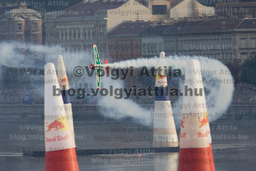 0708193799a Red Bull Air Race international air show qualifying runs over the river Danube, Budapest preceding the anniversary of Hungarian state foundation. Hungary. Sunday, 19. August 2007. ATTILA VOLGYI