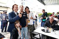 SAO PAULO, SP, 24.11.2013 - F1 GP BRASIL - O piloto alemao Sebastin Vettel da equipe Red Bull e o ex piloto brasileiro Emerson Fittipaldi antes do Grande Prêmio do Brasil de Fórmula 1, no autódromo de Interlagos, zona sul da capital paulista, neste domingo (24).  (Foto: Pixathlon/ Brazil Photo Press).