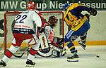 Eishockey DEL 1.Bundesliga 2002/2003 Nuernberg (Germany) Nuernberg IceTigers - Frankfurt Lions (2:1) rechts jackson Penney (Lions) scheitert an mitte Marc Seliger (IceTigers) im Tor. links Martin Reichel (IceTigers)