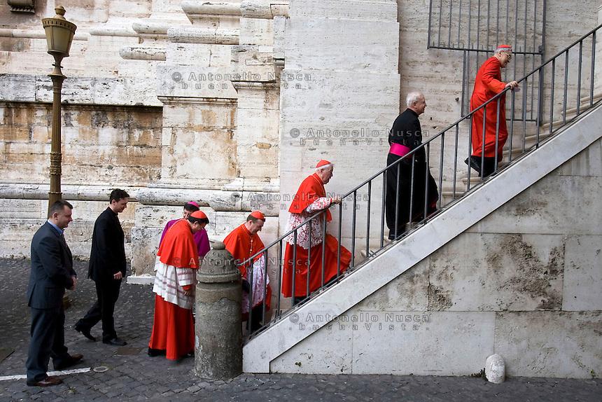 Roma, 24 marzo  2006. Cardinali salgono le scale per accedere nella Basilica di San Pietro