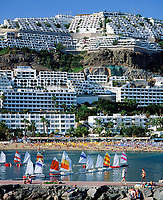 Spanien, Kanarische Inseln, Gran Canaria, Puerto Rico: Strand, Mole, Optimisten, Segelboote | Spain, Canary Island, Gran Canaria, Puerto Rico: beach, sailing boats