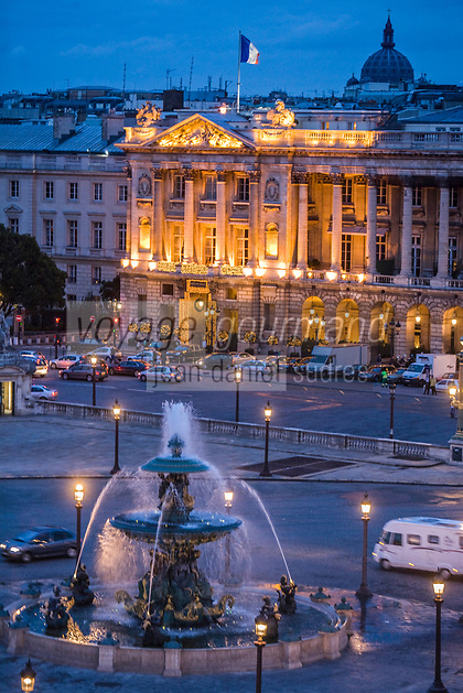 Europe/France/Ile-de-France/75001/Paris :  Fontaine  Place de La Concorde et Hôtel Crillon