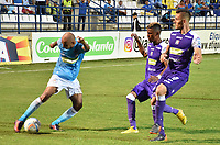 MONTERIA - COLOMBIA, 22-07-2018: Alexis Hinestroza (L) jugador de Jaguares FC disputa el balón con Juan David Rodríguez   (C) jugador de Once Caldas durante partido por la fecha 1 de la Liga Águila II 2018 jugado en el estadio Municipal de Montería. / Alexis Hinestroza (L) player of Jaguares FC vies for the ball with Juan David Rodríguez  (C) player of Once Caldas during a match for the date 1 of the Liga Aguila II 2018 at the Municipal de Monteria Stadium in Monteria city . Photo: VizzorImage / Andres Felipe Lopez / Cont