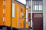 ALPHEN A/D RIJN - Bouwketen van Mourik Groot - Ammers staan naast de te renoveren Koningin Julianabrug die het nog steeds zonder brugklep moet doen nadat deze tijdens het transport door kraanbedrijf Peinemann samen met twee mobiele kranen van het ponton op de kant viel en diverse gebouwen beschadigde. COPYRIGHT TON BORSBOOM