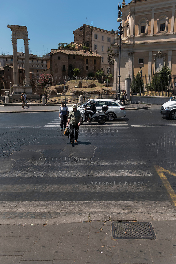 Rome, Italy, June 21, 2017. Turisti attraversano una strada del centro storico su delle fatiscenti strisce pedonali. Tourists crossing a street in a dangerous  pedestrian crossings in the center of the city.<br /> Ad un anno dalla elezione a sindaco di Roma di Virginia Raggi, la condizione di degrado non accenna a migliorare.<br /> One year after the election as mayor of the candidate of M5S party, Rome is worsening day by day.