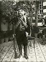 Syrie 1918?.Damas: Portrait d'Ibrahim ben Adjaj Shemdin dans la cour de la maison familiale.Syria 1918? .Damascus: Portrait of Ibrahim ben Adjaj Shemdin in the courtyard of the family home