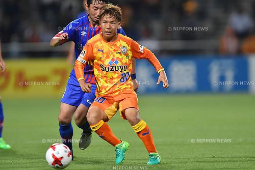 (R-L) Shota Kaneko (S-Pulse), Yohei Kajiyama (FC Tokyo),<br /> MAY 31, 2017 - Football / Soccer :<br /> 2017 J.League YBC Levain Cup Group A match between Shimizu S-Pulse 2-1 F.C.Tokyo at IAI Stadium Nihondaira in Shizuoka, Japan. (Photo by AFLO)