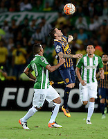 MEDELLÍN -COLOMBIA-19-05-2016. Macnelly Torres (Izq) jugador de Atlético Nacional de Colombia disputa el balón con Jose Fernandez (Der) jugador de Rosario Central de Argentina durante partido de vualta por cuartos de final de final, llave S1, de la Copa Bridgestone Libertadores 2016 jugado en el estadio Atanasio Girardot de la ciudad de Medellín. / Macnelly Torres (L) player of Atletico Nacional of Colombia fights for the ball with Jose Fernandez (R) player of Rosario Central of Argentina during second leg match for the quarter finals, Key S1, of the Copa Bridgestone Libertadores 2016 played at Atanasio Girardot stadium in Medellin city. Photo: VizzorImage/ León Monsalve /Cont