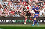 Nederland, Eindhoven, 30 augustus 2015<br /> Eredivisie<br /> Seizoen 2015-2016<br /> PSV-Feyenoord<br /> Jan-Arie van der Heijden (r.) van Feyenoord kan Luuk de Jong, aanvoerder van PSV niet afstoppen.