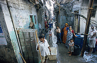 INDIEN Megacity Metropole Mumbai Bombay, Menschen leben in Huetten im Slum Dharavi / INDIA Mumbai Bombay, huts of migrants from rural villages in suburban slum Dharavi, chaotic electric wiring, the power is used often illegal without electric meter and payment to Reliance energy, the private power supplier company in Mumbai