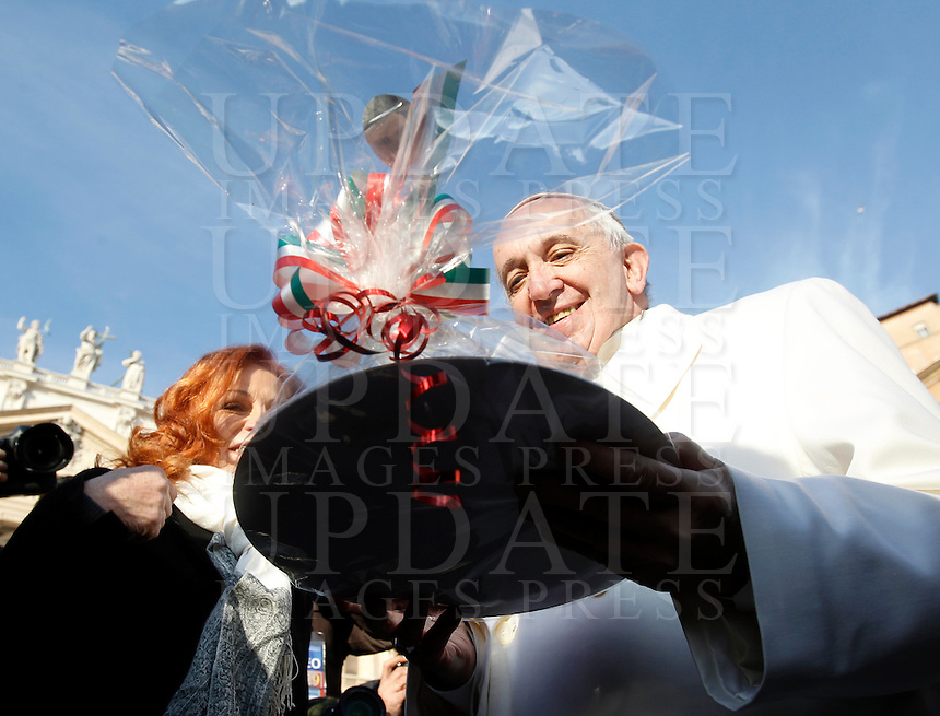 Papa Francesco riceve una torta in regalo alla vigilia del suo compleanno, al suo arrivo all'udienza generale del mercoledi' in Piazza San Pietro, Citta' del Vaticano, 16 dicembre 2015.<br /> Pope Francis receives a cake as a gift on the eve os his birthday, as he arrives for his weekly general audience in St. Peter's Square at the Vatican, 16 December 2015.<br /> UPDATE IMAGES PRESS/Isabella Bonotto<br /> <br /> STRICTLY ONLY FOR EDITORIAL USE<br /> <br /> *** ITALY AND GERMANY OUT ***