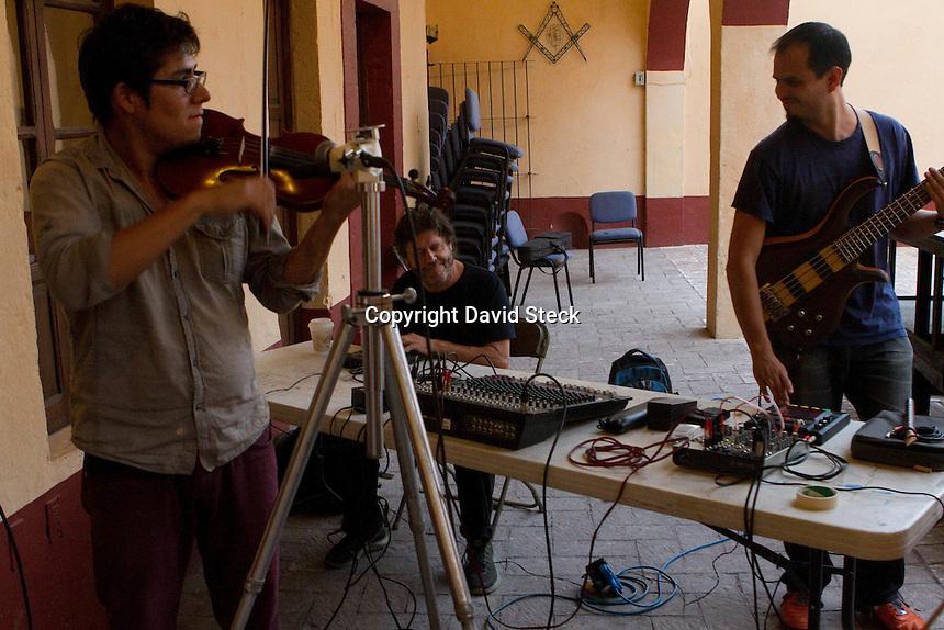 Quer&eacute;taro, Qro. 07 Agosto 2014.- Aspectos del performance &quot;&iquest;Autismo o di&aacute;logo?&quot; que combina m&uacute;sica progresiva del g&eacute;nero micror&iacute;tmia con danza butoh.<br /> <br /> El compositor Ernesto Mart&iacute;nez (lupera), Alejandro Guevara (bajo), Francisco Mu&ntilde;oz (viol&iacute;n) y Jessica R&aacute;mirez (danza) presentaron este evento multidisciplinario en el Museo de la Ciudad.<br /> <br /> Foto: David Steck / Obture