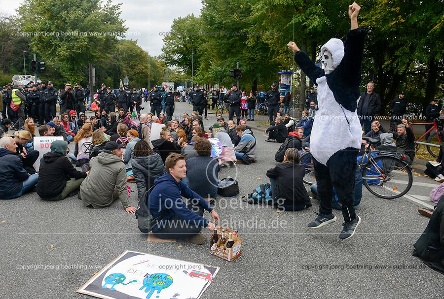 GERMANY, Hamburg city, road blocking for the climate and police actions after Fridays for future rally/ DEUTSCHLAND, Hamburg, Sitzblockaden und Polizeieinsatz nach Demo der Fridays-for future Bewegung Alle fürs Klima 20.9.2019