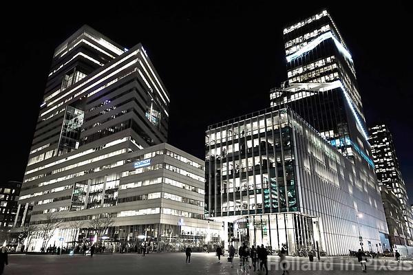 Nederland Amsterdam 2019. De Zuidas bij avond. Rechts Vinoly, links de Ito toren. Foto Berlinda van Dam / Hollandse Hoogte