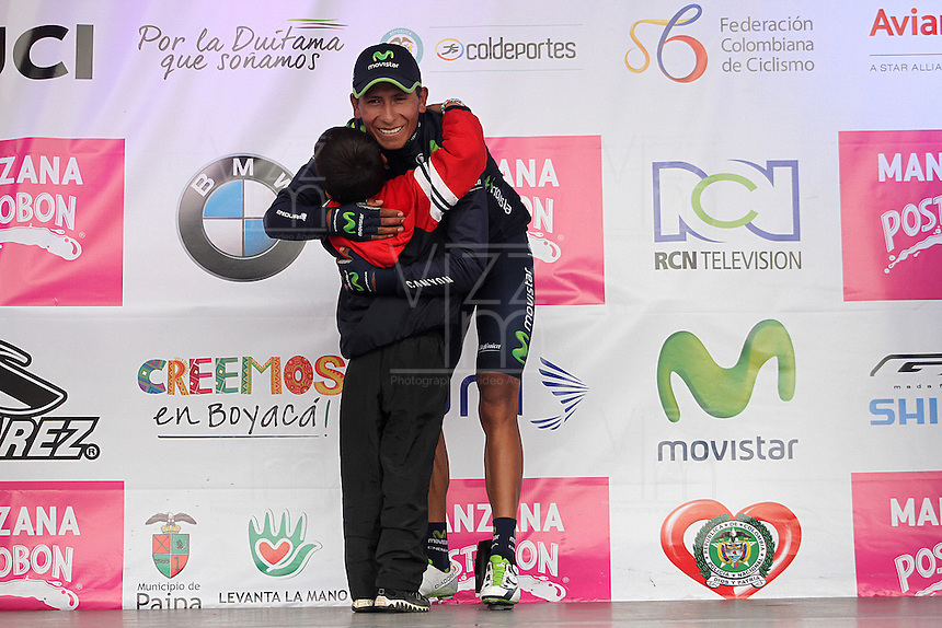 TUNJA - COLOMBIA- 21- 02-2016: Nairo Quintana abaza a un niño del público después de la prueba ruta categoría Elite hombres con recorrido entre las ciudades de Sogamoso y Tunja en una distancia 174,6 km kilometros de Los Campeonato Nacionales de Ciclismo 2016, que se realizan en Boyaca. / Nairo Quintana hughs a boy from the public after the Elite test individual route men conducted  between the towns of Sogamoso and Tunja at a distance of 174,6 km of the National Cycling Championships 2016 performed in Boyaca. / Photo: VizzorImage / Cesar Melgarejo / Cont.