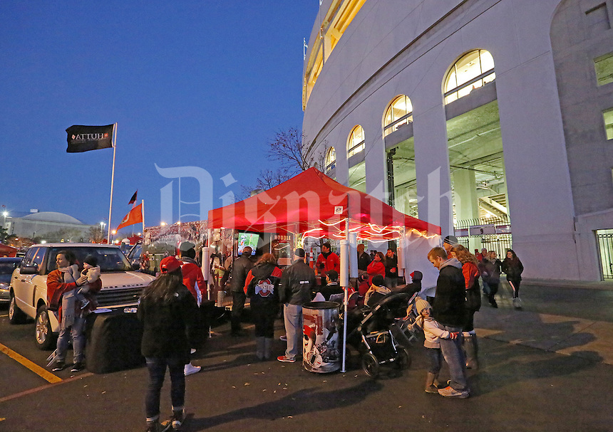 Tailgaters enjoy the nice weather before the start of an NCAA football game between the Ohio State Buckeyes and the Minnesota Golden Gophers at Ohio Stadium on Saturday, November 7, 2015. (Columbus Dispatch photo by Fred Squillante)
