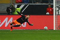 Torwart Ron-Robert Zieler (VfB Stuttgart) guckt beim 1:0 von Ante Rebic (Eintracht Frankfurt) dem Ball nur hinterher - 30.09.2017: Eintracht Frankfurt vs. VfB Stuttgart, Commerzbank Arena