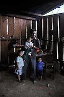 Messico, Chiapas, La Realidad.Novembre 2010.Comunità Zapatista.Padre con bambini