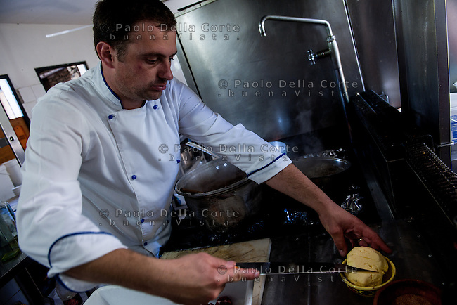 Fishtë (Albania) - Ristorante Mrizi i Zanave. Altin prepara la carne di montone.