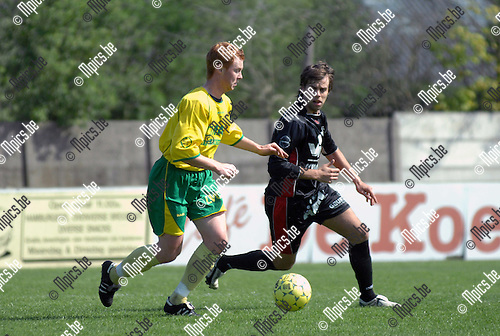 2007-04-22 / KFC Witgoor Sport - E Veldwezelt: Dimitri Bruggen van Veldwezelt kijkt toe hoe Kevin Wynants van Witgoor (links) de bal controleert