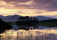 Ireland, County Galway, Connemara, near Clifden: Sunrise over Derryclare Lough | Irland, County Galway, bei Clifden: Sonnenaufgang am Derryclare Lough im Connemara Nationalpark