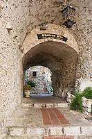Europe/France/Provence-Alpes-Côte d'Azur/06/Alpes-Maritimes/ Eze-Village:  Ruelle voutée du vieux village et entrée du restaurant: Château Eza