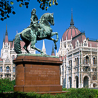 Hungary, Budapest, DistrictPest, Parliament, UNESCO World Heritage, and Ferenc Rakoczi II statue | Ungarn, Budapest, Stadtteil Pest, das Parlamentsgebaeude, UNESCO Weltkulturerbe, und Ferenc Rakoczi II Statue