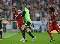 FUSSBALL   1. BUNDESLIGA  SAISON 2012/2013   2. Spieltag  02.09.2012 FC Bayern Muenchen - VfB Stuttgart       JUBEL FC Bayern nach dem Tor zum 3-1;  Torwart Manuel Neuer (Mitte) umarmt  Torschuetze Luiz Gustavo und Dante (re)