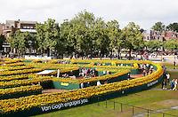 Nederland Amsterdam 2015 09 05. Ter gelegenheid van de opening van de nieuwe entree van het Van Gogh Museum komt er een labyrint van 125.000 zonnebloemen op het Museumplein. Het labyrint is op 5 en 6 september open voor het publiek. . In het labyrint zijn drie Van Gogh inspiratiekamers ingericht. Vanaf een speciaal dek kunnen bezoekers het labyrint van bovenaf fotograferen.