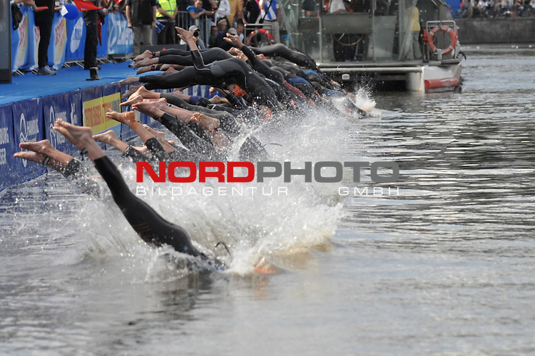 22.07.12, Hamburg-Innenstadt, Hamburg, GER, Triathlon, Dextro Energy Triathlon, ITU World Cup Women, im Bild die Elite beim Start am Jungfernstieg in die Binnenalster//during championship at Hamburg 2012/07/22,Hamburg<br /> Foto &copy; nph/ Witke *** Local Caption ***