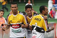 CURITIBA, PR, 20 DE OUTUBRO DE 2012 – PARANÁ X CRICIÚMA – Zé Carlos (e), do Criciúma, comemora o gol contra o Paraná Clube durante partida válida pela 31ª rodada da Série B do Campeonato Brasileiro 2012. O jogo acontece na tarde de sábado (20), no Estádio Couto Pereira, em Curitiba. (FOTO: ROBERTO DZIURA JR./ BRAZIL PHOTO PRESS)