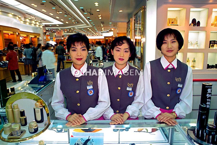 Balconistas de sopping center em Seul. Coréia do Sul. 1999. Foto de Ricardo Azoury.