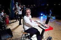 Varese: Roberto Maroni candidato alla presidenza della Regione Lombardia suona la tastiera durante un incontro organizzato dalla Lega Nord Varese..