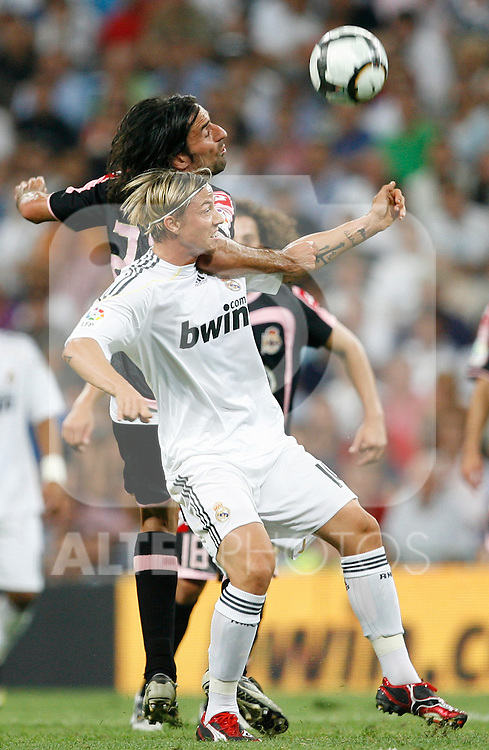 Real Madrid's Guti (r) and Deportivo de La Coruna's Juan Rodriguez during La Liga match.August 29 2009. (ALTERPHOTOS/Acero).