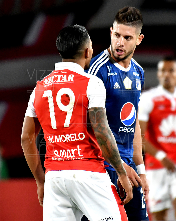 BOGOTÁ - COLOMBIA, 06-05-2018: Wilson Morelo (Izq.), jugador de Independiente Santa Fe, discute con Matías de los Santos (Der.) jugador de Millonarios, durante partido de la fecha 19 entre Independiente Santa Fe y Millonarios, por la Liga Aguila I 2018, en el estadio Nemesio Camacho El Campin de la ciudad de Bogota. / Wilson Morelo (L), player of Independiente Santa Fe, discuss with Matias de los Santos (R),player of Millonarios during a match of the 19th date between Independiente Santa Fe and Millonarios, for the Liga Aguila I 2018 at the Nemesio Camacho El Campin Stadium in Bogota city, Photo: VizzorImage / Luis Ramírez / Staff.