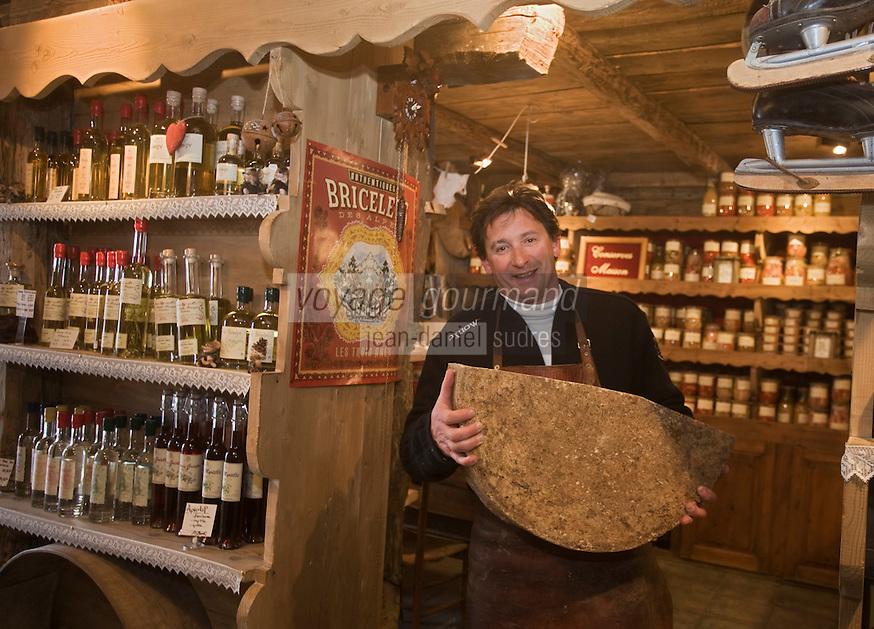 Europe/France/Rhône-Alpes/74/Haute-Savoie/Avoriaz: Jean Luc Woehl Fromager -Epicerie Fine- Produits savoyards : Le Garde Manger  -avec une meule de vieux beaufort
