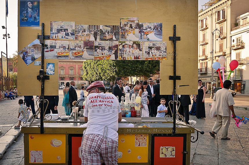 Palermo:centro storico venditore di grattatella<br /> Palermo: historic city center stand of street food, &quot;grattatella&quot; seller
