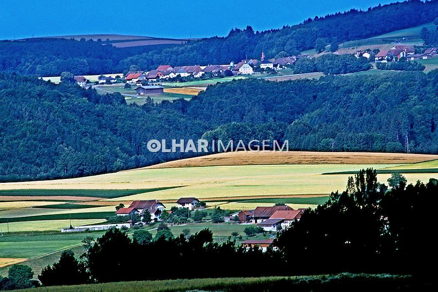 Pequenas propriedades rurais no interior da Suíça. 1998. Foto de Stefan Kolumban.