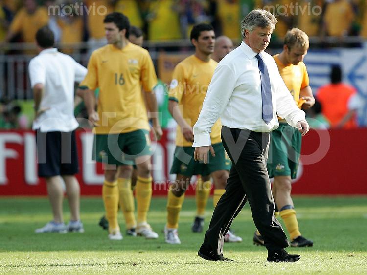 Fussball WM 2006 Achtelfinale in Kaiserslautern, Italien - Australien Trainer Guus Hiddink (AUS) geht mit seinen enttaeuschten Spielern nach der 0:1 Niederlage vom Platz.